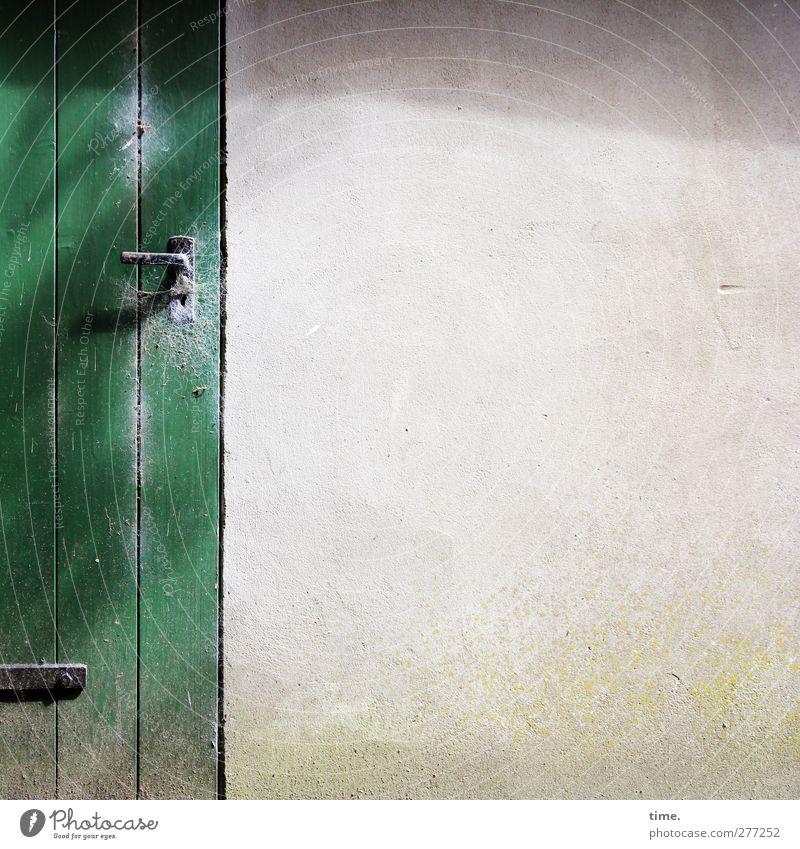 Whiteboard (old style) Haus Hütte Mauer Wand Fassade Tür Lagerschuppen Griff Türschloss Beschläge Spinngewebe Schlitz Holz alt authentisch eckig fest grün
