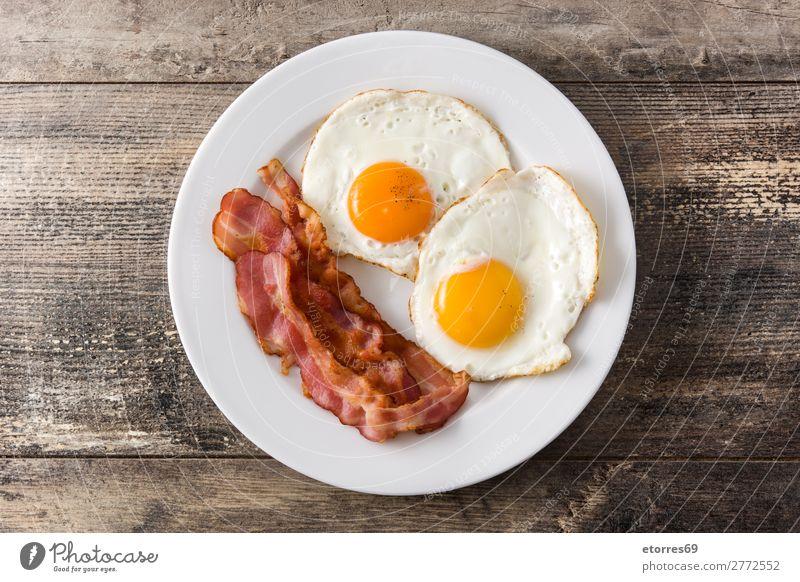 Spiegeleier und Speck zum Frühstück auf Holz Ei braten Teller Lebensmittel Gesunde Ernährung Foodfotografie vereinzelt Englisch Briten Amerikaner Mahlzeit