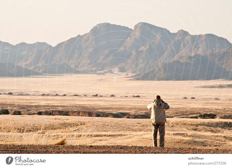 Gucken was rennt Mensch Natur Mann Einsamkeit Landschaft Ferne Umwelt Berge u. Gebirge Gras Freiheit Felsen maskulin stehen Gipfel Wüste Grasland