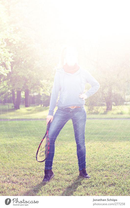 Parkerleuchtung I Mensch feminin Junge Frau Jugendliche Leben Beine 1 Freizeit & Hobby Gegenlicht Erkenntnis Blendenfleck hell Badminton Körperhaltung grün blau