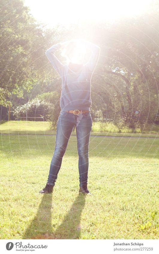 Parkerleuchtung II Mensch Jugendliche Erwachsene feminin Leben Gefühle Junge Frau hell Park 18-30 Jahre Zufriedenheit Freizeit & Hobby stehen ästhetisch leuchten Körperhaltung