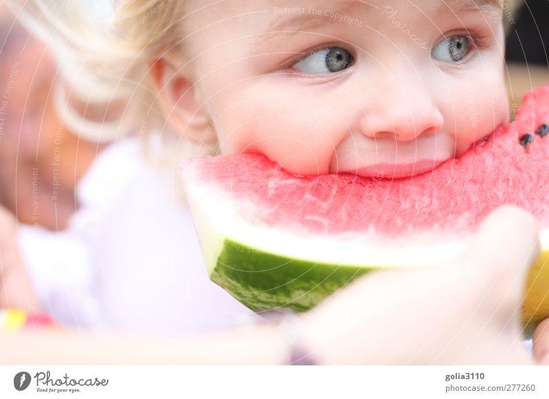 *yummi* Lebensmittel Frucht Wassermelone Essen Picknick genießen Mensch Kind Kleinkind Mädchen Kindheit Kopf Auge 1 1-3 Jahre blond frisch Gesundheit niedlich