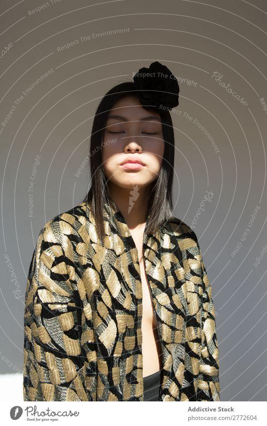 Attraktive asiatische Frau in stylischer Kleidung Stil modisch schön Augen geschlossen Blume Behaarung Accessoire Mode Beautyfotografie Jugendliche Model