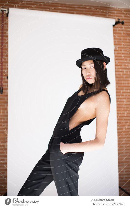Stilvolle, hübsche asiatische Frau mit Hut modisch schön Mode Beautyfotografie Jugendliche Model Porträt attraktiv elegant Glamour Dame Mensch Lifestyle
