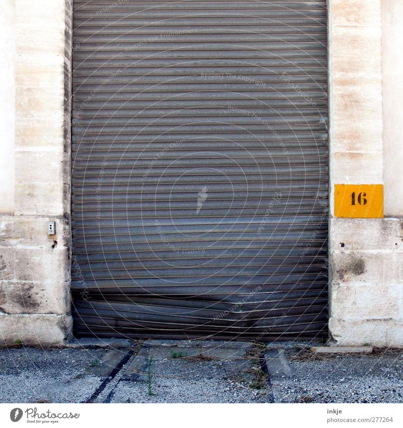 Meiden Sie Tor 16 ! Stadtrand Menschenleer Industrieanlage Mauer Wand Güterverkehr & Logistik Ziffern & Zahlen Linie kaputt trist geheimnisvoll Zerstörung