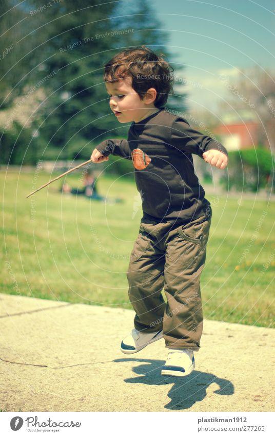 Mensch Kind Freude Spielen lustig Junge Glück springen Garten fliegen Park Zufriedenheit Schönes Wetter Fröhlichkeit niedlich Kindheitserinnerung