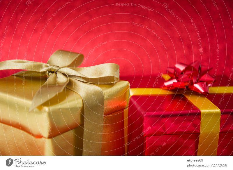 Weihnachtsgeschenke auf rotem Glitzergrund. Kopierbereich Geschenk Kasten Weihnachten & Advent Gegenwart Glitter gold Schnur Papier Deckblatt Feste & Feiern