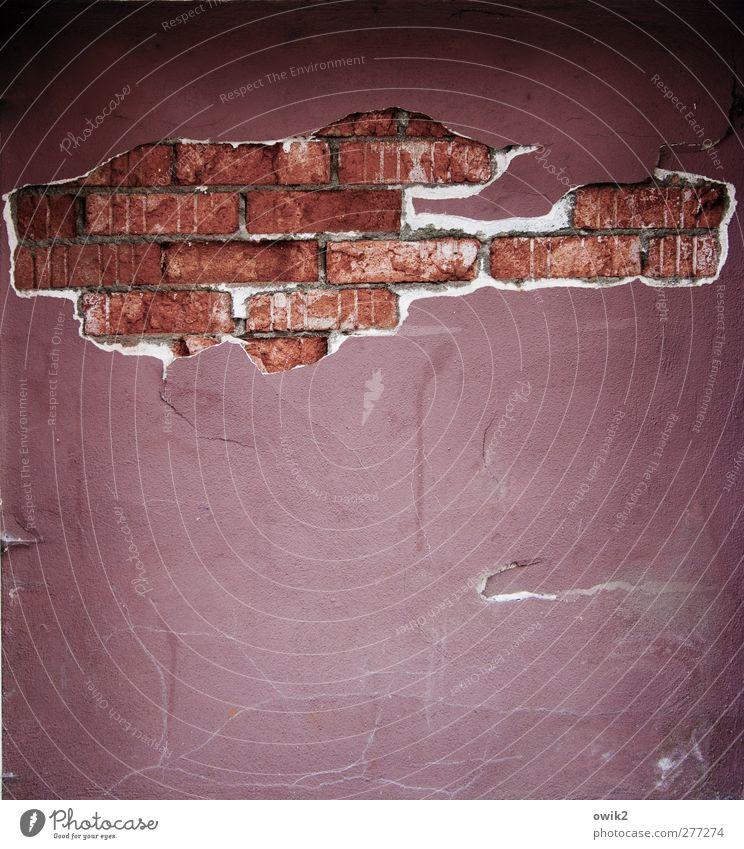 Casa alt weiß rot schwarz Wand Mauer Fassade bedrohlich Vergänglichkeit verfallen violett Backstein Verfall Loch Riss chaotisch