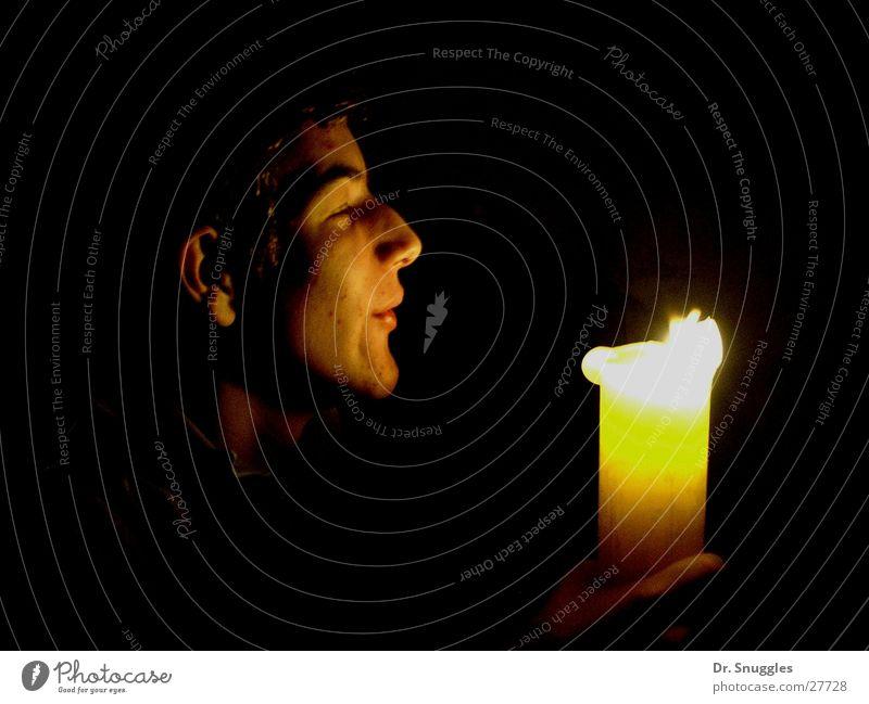 Schein-Gesicht Kerze Mann maskulin blasen dunkel schwarz Atem brennen Brand Lichterscheinung Flamme dänische Kerze Jugendliche Kopf brennende Kerze