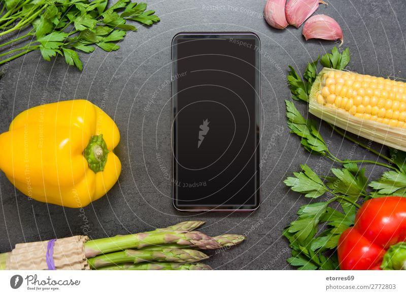 Gemüse und Handy auf Schieferplatte Hintergrund neutral Lebensmittel Gesunde Ernährung Foodfotografie Spargel schwarz dunkel Möhre grau frisch Essen zubereiten
