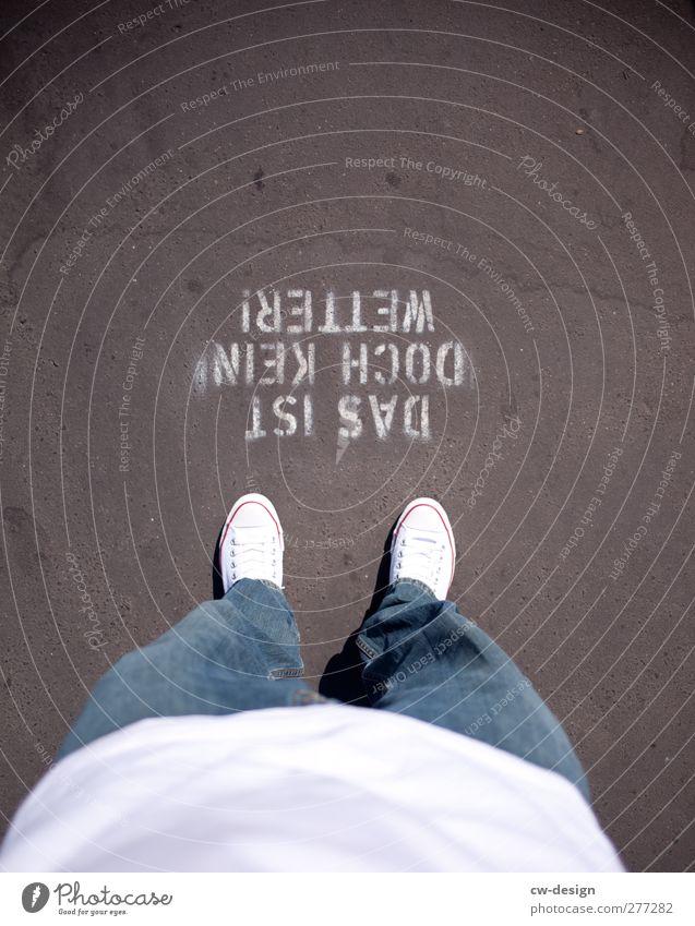 Die Welt Steht Kopf Und Ich Steh' Drauf Mensch Jugendliche Stadt Sommer Freude Erwachsene Graffiti Wand Wege & Pfade Architektur grau Mauer Traurigkeit Stil