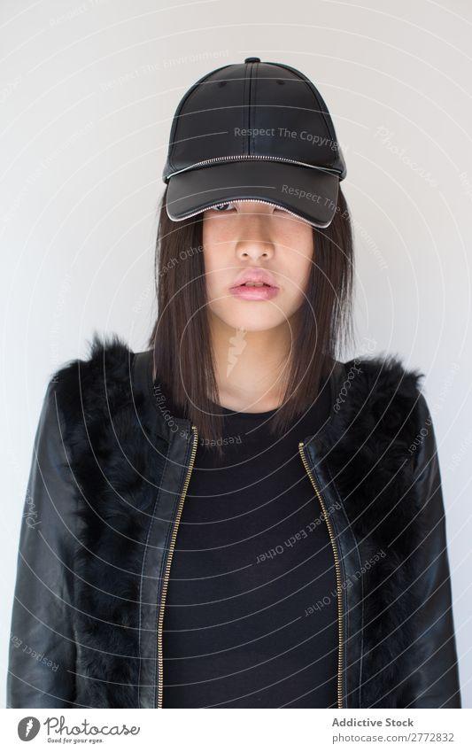 Hübsche stylische asiatische Frau, die im Studio posiert. Stil modisch Mütze Hut schön Mode Beautyfotografie Jugendliche Model Porträt attraktiv elegant Glamour