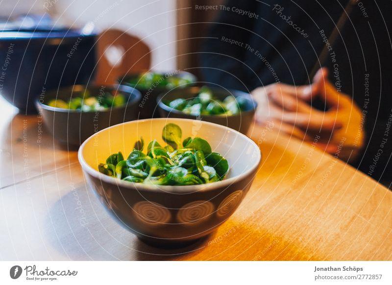 Feldsalat in einer Schüssel auf dem Tisch beim Tischgebet Lebensmittel Ernährung Zufriedenheit Lebensfreude Gesunde Ernährung Essen zubereiten Küchentisch