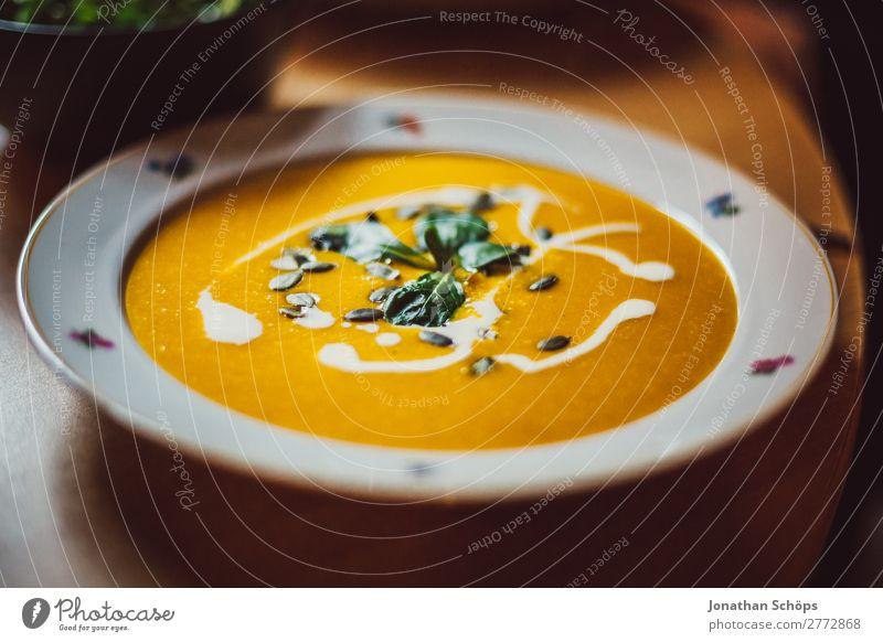 Kürbissuppe auf dem Teller Gesunde Ernährung Speise Essen Foodfotografie Innenaufnahme Küche Essen zubereiten Mittagessen Wohnung homemade Vegane Ernährung
