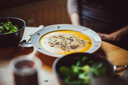 Kürbissuppe auf dem Teller und Salat Gesunde Ernährung Speise Essen Foodfotografie Innenaufnahme Küche Essen zubereiten Mittagessen Vegane Ernährung
