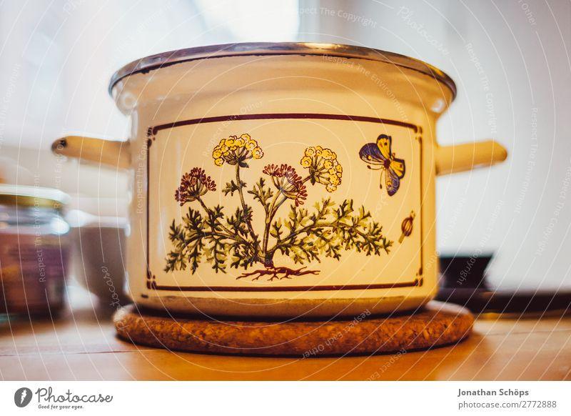 nostalgischer Topf auf dem Küchentisch Lebensmittel Ernährung Mittagessen Wohnung Zufriedenheit Lebensfreude Gesunde Ernährung Essen zubereiten kochen & garen