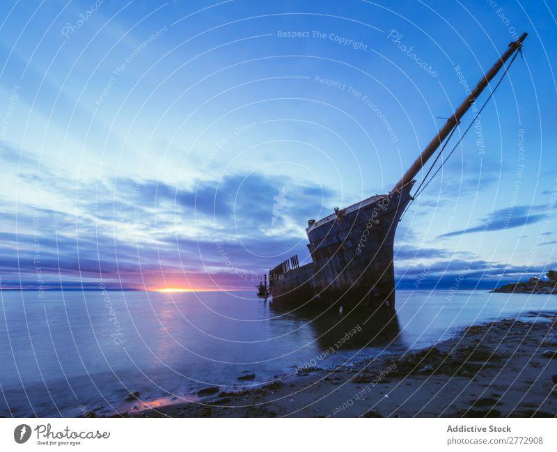 Schiffbruch in der Sonnenuntergangszeit Wasserfahrzeug Küste Meer Landschaft Zerstörung Ferien & Urlaub & Reisen