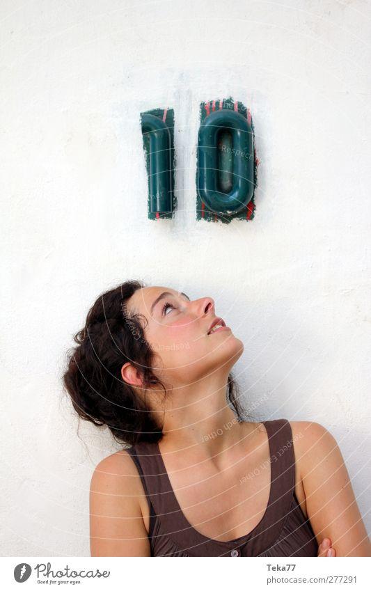 Ziele sollte jeder haben Mensch feminin Junge Frau Jugendliche Erwachsene 1 18-30 Jahre Altstadt Platz Mauer Wand Namensschild Hausnummer Zeichen Schriftzeichen