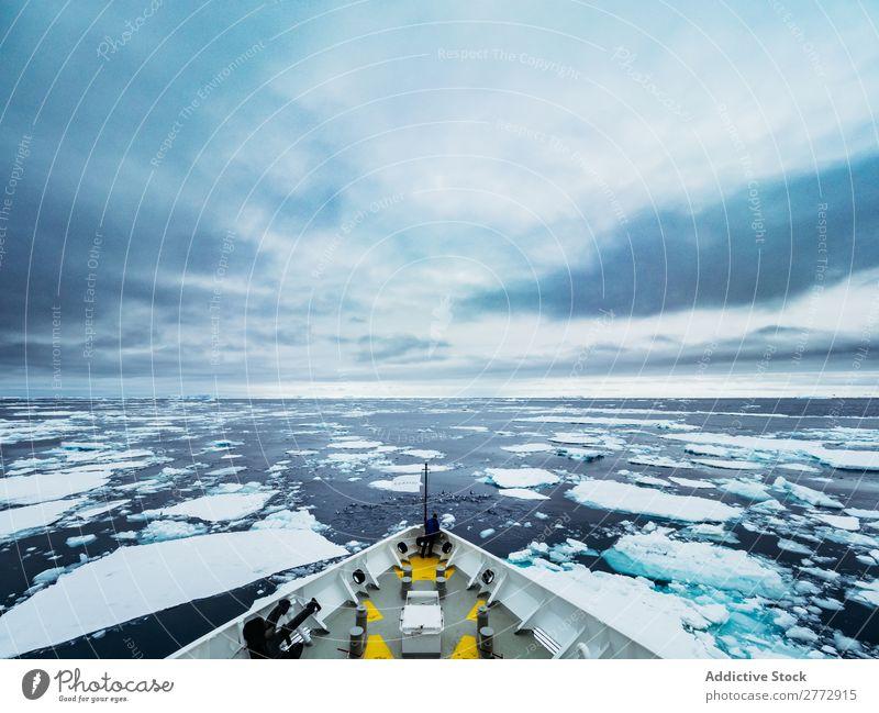 Schnabel eines Schiffes, das im Eis segelt. Meer Wasserfahrzeug Abenteuer Expedition Schnee Wildnis Gefäße Landschaft Natur frisch Ferien & Urlaub & Reisen