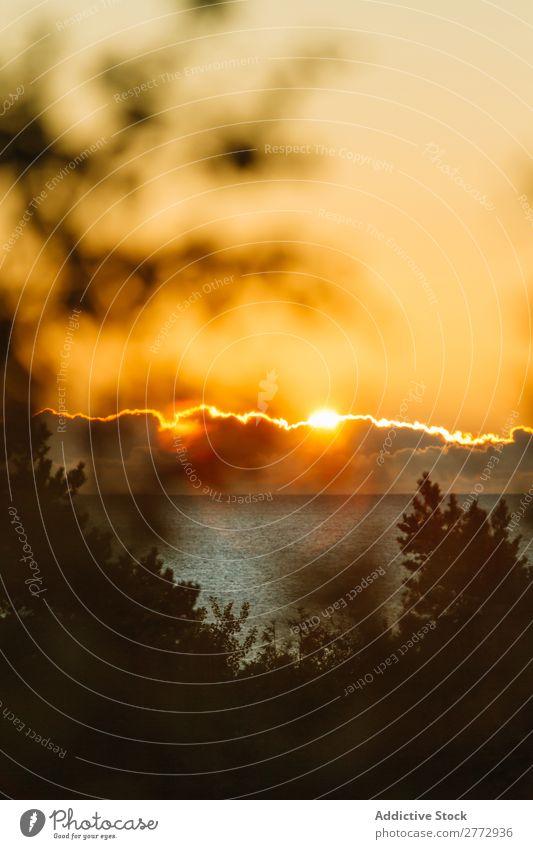 Malerischer Blick auf die Sonne über dem Meer Landschaft Gezeiten Küste Sonnenuntergang Sommer Geplätscher magisch Ferien & Urlaub & Reisen Felsen