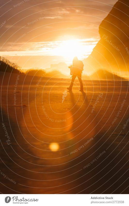 Wandern des Menschen auf der Natur im Sonnenlicht Gelände Sonnenuntergang Abenteuer mehrfarbig Erkundung Motivation Freiheit Wildnis Landschaft majestätisch