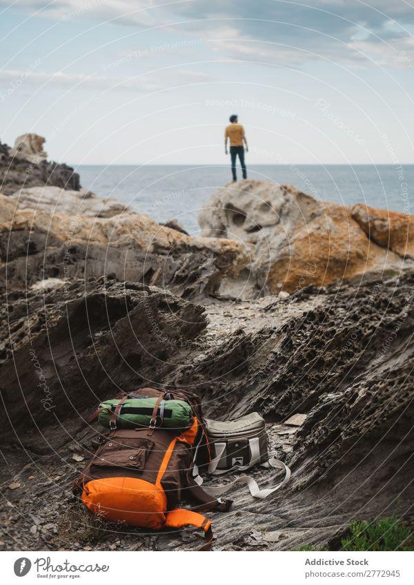 Reisender auf Felsen des Ozeans Mensch Meer träumen Freiheit Klippe Küste friedlich Rucksacktourismus