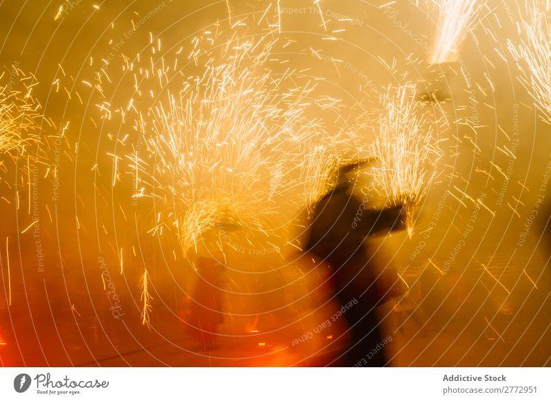 Menschen mit Feuerwerk auf der Straße Feste & Feiern Nacht Unschärfe funkelnd Veranstaltung Ferien & Urlaub & Reisen Party Freude heiter Glück festlich Menge