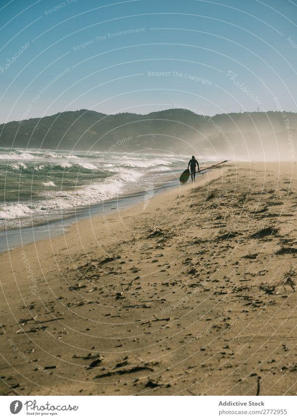 Surfer beim Spaziergang am Strand Mensch Surfen Gezeiten laufen Landschaft Freiheit Wassersport Natur Surfboarding Urwald natürlich tropisch Inspiration Küste