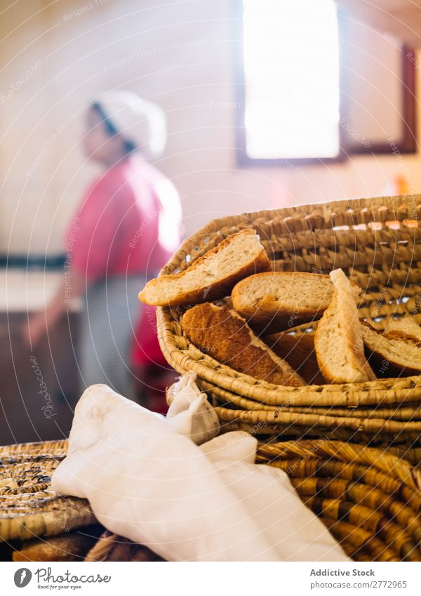 Frisches Brot im Weidenkorb Brotkorb Bäckerei ländlich Brötchen Brotlaib Landschaft natürlich Backwaren Lager lecker rustikal frisch geschmackvoll kaufen