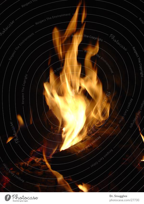 Juli-Feuer dunkel Holz hell Brand heiß brennen Flamme Feuerstelle feurig