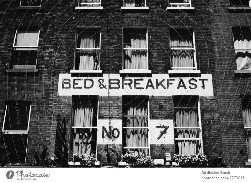 Ein Haus mit Schild an der Wand Zeichen Backstein Bett Frühstück Schwarzweißfoto Symbole & Metaphern alt Menschenleer Ziffern & Zahlen Design Objektfotografie