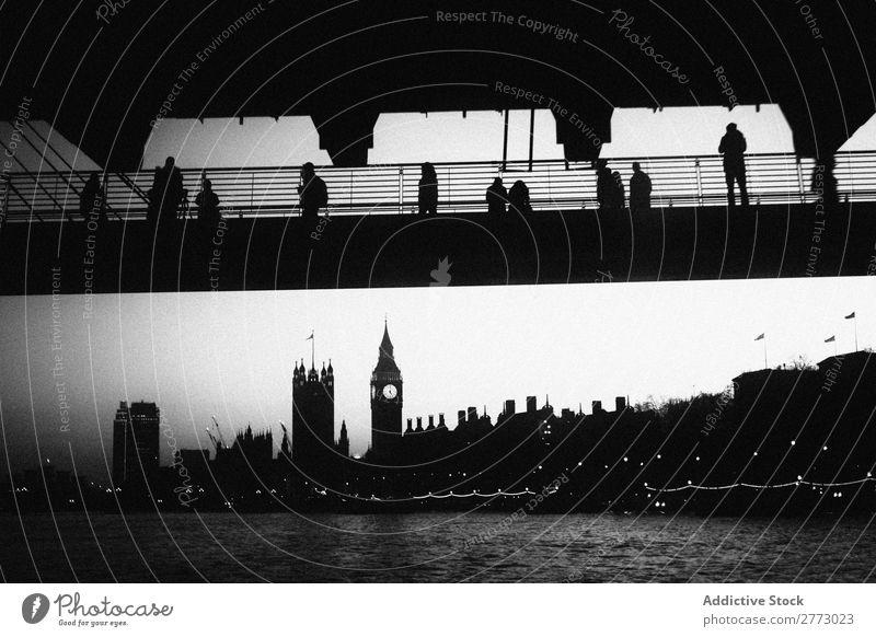 Die Leute sehen Big Ben an. Monochrom Schwarzweißfoto Silhouette Mensch alt altehrwürdig Brücke