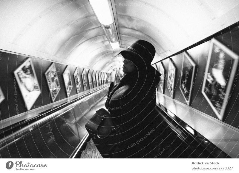 Frau in der U-Bahn. Erwachsene Innenarchitektur herunterkommen Rolltreppe Zentrum Großstadt Bewegung abwärts Passagier Mensch Perspektive Öffentlich Treppe