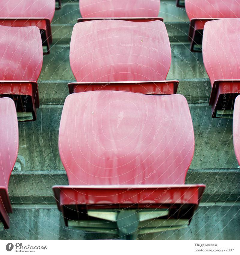 Schönwetterfans Sport Sportstätten Stadion alt Beton sitzschale Sitzgelegenheit Sitzreihe Stuhl Kunststoff Farbfoto Außenaufnahme Tag Reihe aufgereiht