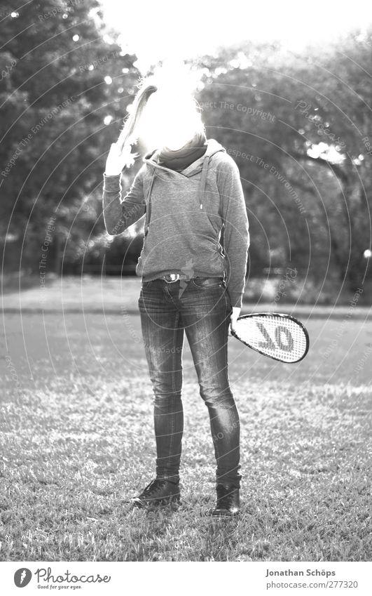 Parkerleuchtung III Freizeit & Hobby Mensch feminin Junge Frau Jugendliche 1 Badminton Außenaufnahme Überstrahlung Körperhaltung Tennisschläger anonym