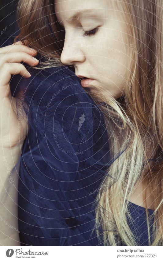 die wolken ziehen weiter schön Haare & Frisuren feminin Junge Frau Jugendliche Erwachsene Gesicht Hand 1 Mensch 18-30 Jahre Mode Tüll Kragen Tanzrock blond