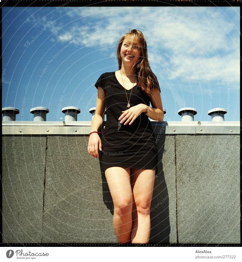 Sommermädchen auf dem Dach Freude Glück Junge Frau Jugendliche Körper Haare & Frisuren Hand Beine 1 Mensch 18-30 Jahre Erwachsene Himmel Schornstein T-Shirt