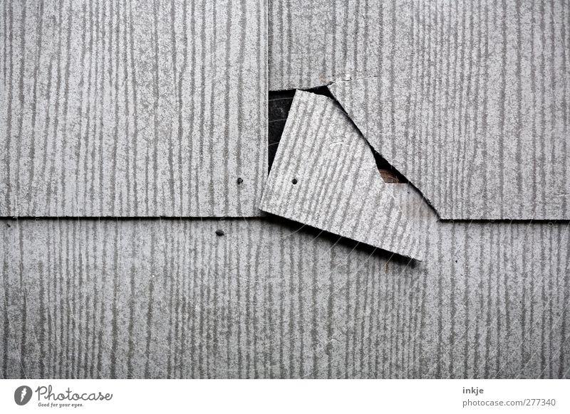 midlife crisis Wand grau Mauer Linie Fassade kaputt Ecke Baustelle bedrohlich verfallen Risiko Verfall Riss brechen Renovieren Krise