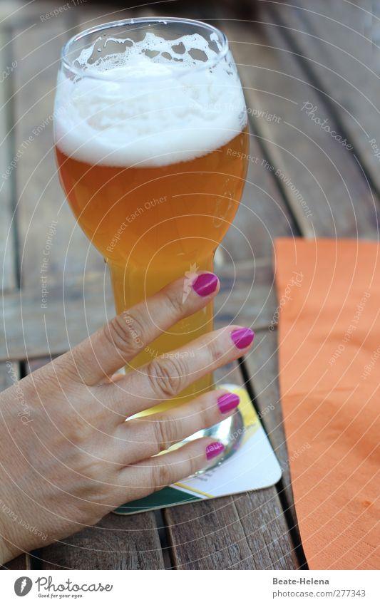 Bier schmeckt mir Ferien & Urlaub & Reisen Hand Sommer rot Erholung feminin Garten träumen Stimmung braun orange Glas Ernährung Getränk Schönes Wetter Pause