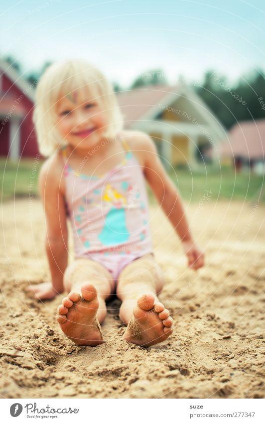 Voll in den Sand gesetzt Mensch Kind Ferien & Urlaub & Reisen Sommer Freude Mädchen Strand feminin klein lustig Fuß blond Kindheit sitzen Freizeit & Hobby