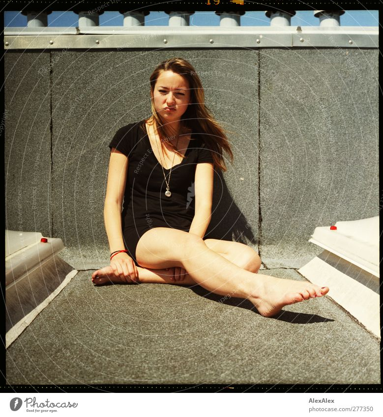 Hmpf. Nö. Körper Beine Fuß 1 Mensch Dach Schornstein Oberlicht T-Shirt Rock Barfuß brünett langhaarig sitzen frech schön rebellisch sportlich Unlust