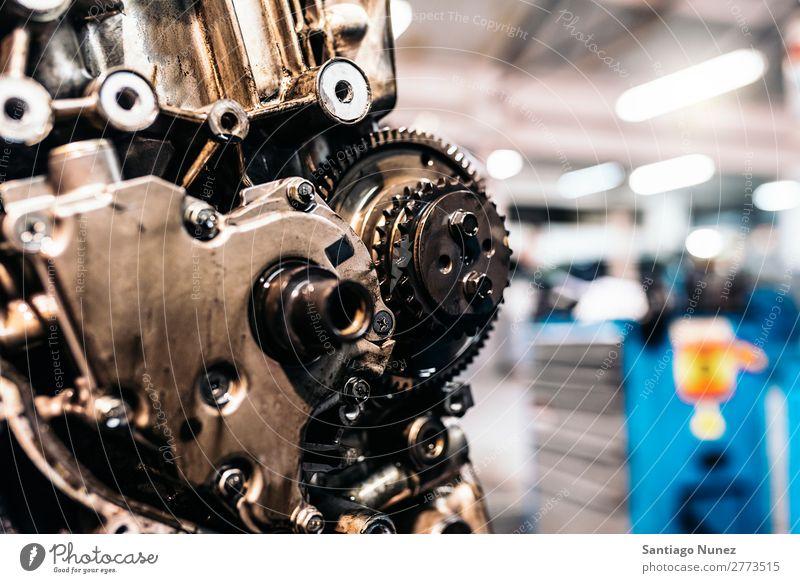 Automotor in der Garage. Motor Zahnrad Automechaniker blau Reparatur Flugzeugwartung PKW Fahrzeug Werkzeug Lokomotive Besichtigung heiter dreckig fixieren