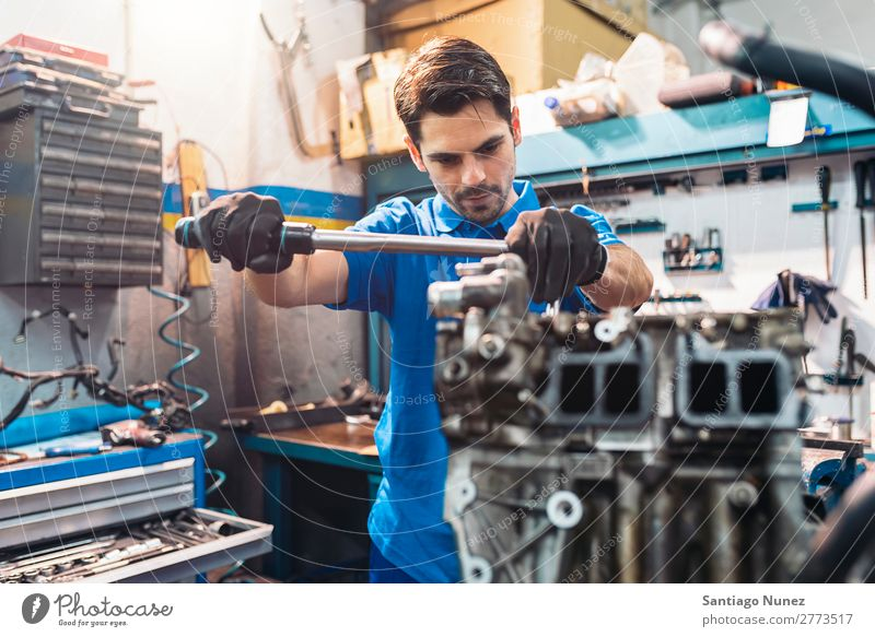 Professioneller Mechaniker Reparatur Auto. Erwachsene Mann Automechaniker blau Flugzeugwartung PKW Fahrzeug Werkzeug Schraubenschlüssel Motor Lokomotive