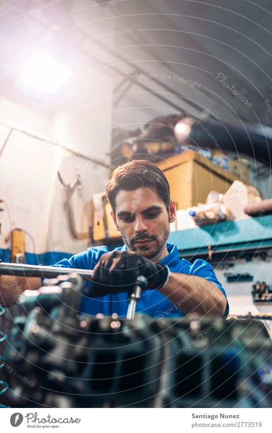 Professioneller Mechaniker Reparatur Auto. Erwachsene Mann Automechaniker blau Flugzeugwartung PKW Fahrzeug Werkzeug Motor Lokomotive Besichtigung heiter