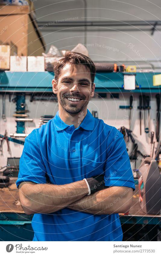 Porträt eines Automechanikers Mann Porträtmalerei Wand Lächeln Freundlichkeit Hintergrundbild Werkzeug Vielfalt Hufschmied Holzplatte Kasten Zimmerer