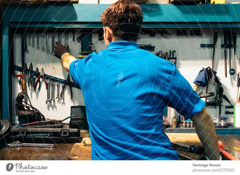 Mechaniker nehmen das Werkzeug in der Werkstatt. Erwachsene Mann Vielfalt Reparatur Schraubenschlüssel Flugzeugwartung PKW Beruf professionell Aufschlag