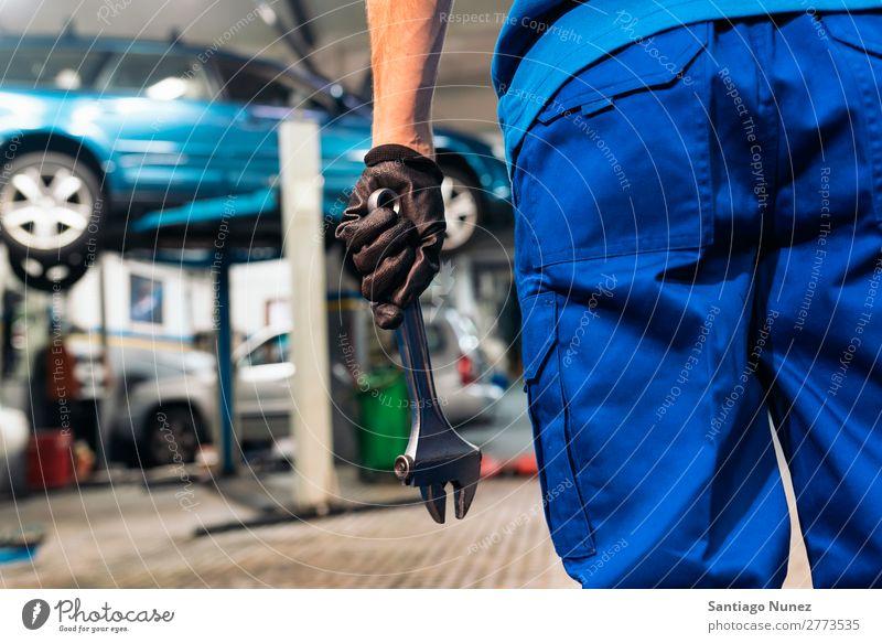Professioneller Mechaniker Reparatur Auto Motor. Erwachsene Mann Automechaniker blau Flugzeugwartung PKW Fahrzeug Werkzeug Schraubenschlüssel Lokomotive