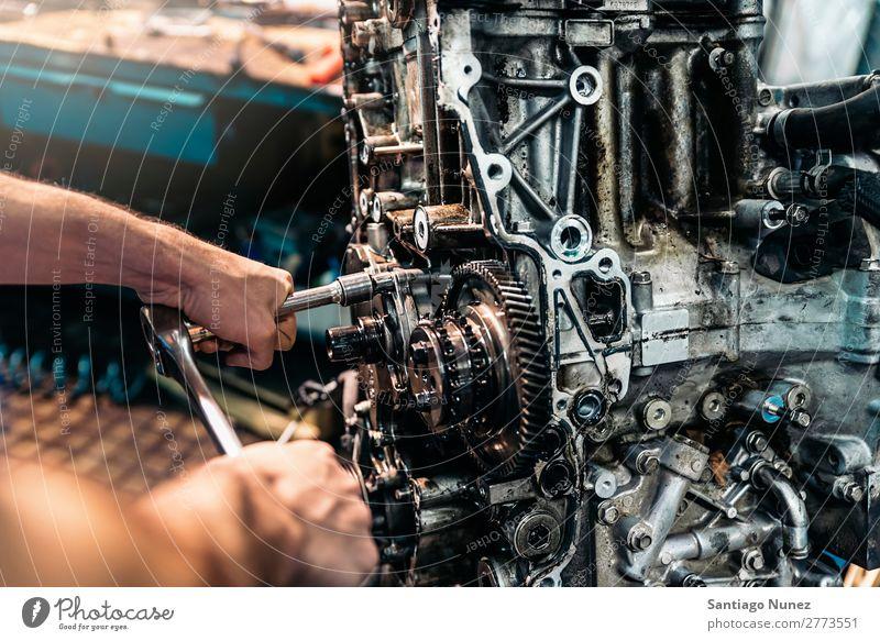 Professioneller Mechaniker Reparatur Auto. Erwachsene Mann Automechaniker blau Flugzeugwartung PKW Fahrzeug Werkzeug Hand Schraubenschlüssel Motor Lokomotive
