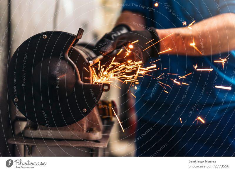 Professioneller Mechaniker Reparatur Auto Motor. Erwachsene Mann Automechaniker blau Flugzeugwartung PKW Handwerk Kunsthandwerker Handwerkskunst Gerät Fabrik