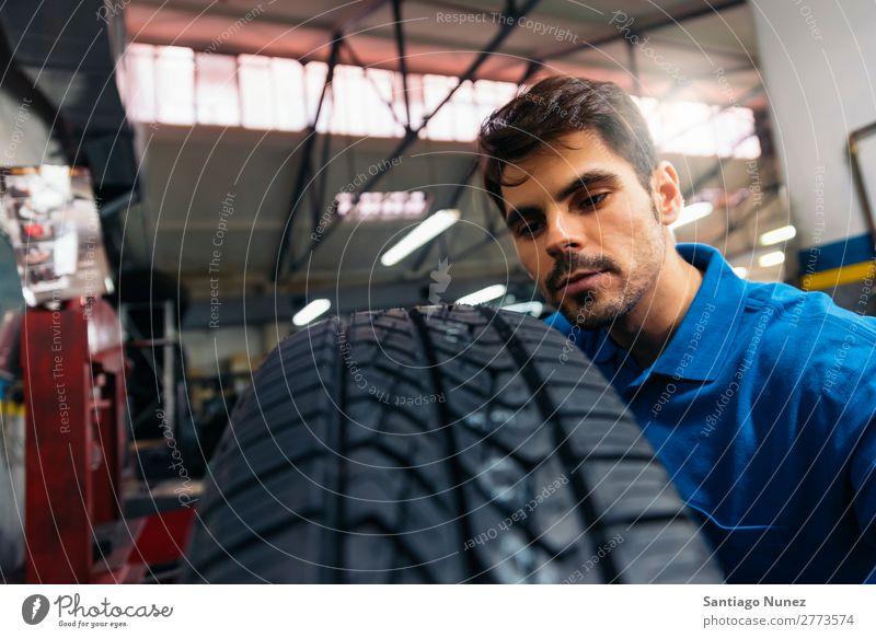 Professioneller Automechaniker bei der Arbeit. Erwachsene Mann blau Reparatur Flugzeugwartung PKW Fahrzeug Werkzeug Rad Motor Lokomotive Besichtigung heiter